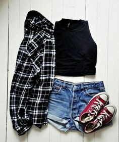 - Camisa xadrez manga longa - Blusa preta básica  - Short jeans  - Tênis