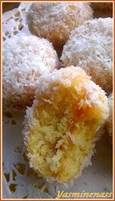 Salam alyakoum/bonjour, Encore une recette bien connue des gourmandes de l'autre côté de la Méditerranée, j'ai nommé les fameuses boules à la noix de coco et confiture appelés aussi Gâteaux Richbond. D'ailleurs une recette existe déjà sur mon forum (ici)...
