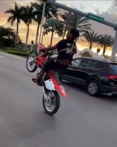 Motocross Funny, Motocross Videos, Motorcross Bike, Motocross Girls, Girl Riding Motorcycle, Motorcycle Bike, Dirt Bike Wheelie, Dirt Bike Videos, Gif Motos