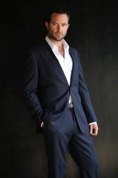 Sullivan Stapleton:  what a blue-eyed, beard having, spectacularly easy on the eyes man he is!!