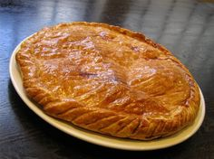 Galette des rois - French cake for the Epiphany Almond Tart Recipe, Galette Des Rois Recipe, Baking Recipes, Cake Recipes, Cinnamon Tea Cake, Best Herbal Tea, Weird Food, Pudding, Tea Cakes
