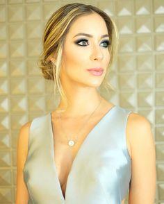 Tem um casamento pra ir e está na dúvida de que maquiagem usar? Confira esse tutorial sombra azul, super chique e elegante, feito pela blogueira Helena Lunardelli.