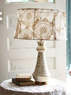 ベッドランプの布としてドイリーをつなげたものを。 とっても素敵なアイデアですね。
