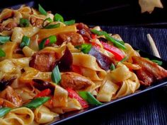 CAIETUL CU RETETE: Taitei cu pui si legume in stil chinezesc International Recipes, I Foods, Carne, Bacon, Food And Drink, Healthy Recipes, Dishes, Cooking, Kitchen