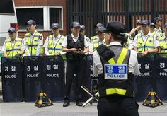 Police officers stand guard against possible attacks from protesters in front the Japanese Embassy in Seoul, South Korea, Friday, June 20, 2014. (AP Photo/Ahn Young-joon) ▼21Jun2014AP|Review confirms basis of Japan's sex slave apology http://bigstory.ap.org/article/japan-reports-review-sex-slave-apology-study