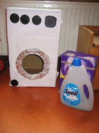 Wasmachine van kartonnen doos. Leuk voor in de poppenhoek/huishoek