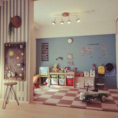 女性で、3LDKのTROFAST/セリア/IKEA/北欧/カフェ風/sulut!…などについてのインテリア実例を紹介。「リビング横の和室をキッズスペースにしています★ 遊び方の違う娘と息子が、いつも自由に遊んでいます。 DIYで理想の空間に少しずつ近づけています★ 壁は水色に塗り、IKEAのフックを取り付けました。幼稚園バックや 帽子の定位置です。 水色壁には世界地図のウォールステッカーを貼りました。遊びながら娘は国旗を覚えました♪ 見せる収納で、こどもたちも視覚的にお片付けをしやすくなりました。手前の壁には5㎝幅のマスキングテープでボーダ柄にし、マグネット黒板をつけて落書きスペースに。 100均のマグネットシートをカットして、色々な形を作りました、パズルのように遊んでいます。 娘の学習机も来年この部屋に置く予定です★」(この写真は 2015-01-12 13:37:28 に共有されました)