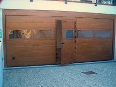 CUPIS Quercia Dorata equipaggiato con porta pedonale a soglia ribassata e sezione vetrata. #breda #portoni #portone #sectional #doors #garage #breda #rossiduenord