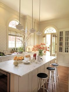 Is your kitchen style vintage, modern, earthy, or something else? Look at these kitchen photos, then decide on the best design for your home. New Kitchen, Kitchen Dining, Kitchen Decor, Kitchen Island, Kitchen Ideas, Kitchen Designs, Cozy Kitchen, Kitchen Interior, Neutral Kitchen