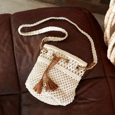 Beige Makramee Brieftasche Mademoiselle R Macrame Purse, Macrame Art, Macrame Supplies, Macrame Projects, Crochet Shoulder Bags, Inkle Weaving, Crochet Market Bag, Baby Girl Crochet, Boho Bags