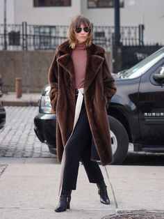 Street Style New York Fashion Week Fall 2017 Fashion Room, Fashion Week, Daily Fashion, Fashion Outfits, Fashion Bloggers, Fashion Trends, Brown Fur Coat, Colourful Outfits, Street Style Looks