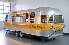 42 Incredible Mobile Trailer Bar Design Ideas For Best Bar Alternative - Smart Home and Camper Catering Trailer, Food Trailer, Coffee Carts, Coffee Truck, Cheap Trailers, Rockabilly Look, Mobile Cocktail Bar, Caravan Bar, Mobile Food Trucks