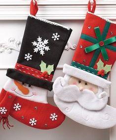 Se acostumbra que antes de la navidad, se colocan unas botas navideñas cerca del árbol y dentro de ellas se coloca la carta a papá noel y después se dejan dentro o debajo de ella los regalos. Como casi todo de navidad, se pueden encontrar en el mercado, pero es más lindo y más significativo si las haces con tus propias manos. Te voy a dar algunas ideas que se pueden hacer con fieltro y otro tipo de tela estampadas. También puedes usar goma eva o fieltro. Cuando ya tengas armada la bota…