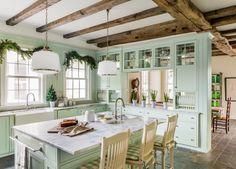 Texturas rústicas, acentos de casa de campo e uma paleta retro dão este estilo da fazenda clássica da cozinha da Virgínia.