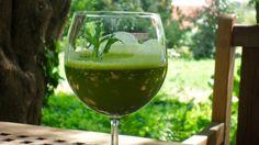A nyári melegben szervezetünk lehűtésére leginkább a hűtő tulajdonságú zöldségekből készült italokat ajánlom. Ilyen az uborka, saláta, zellerszár. A nyers zöldségekből gyümölcsökből frissen préselt levek egyébként is hűtenek, és enyhítik a nyári hőség hatását.   Három fontos javaslat.   mindig frissen... Levek, Minion, White Wine, Alcoholic Drinks, Glass, Food, Drinkware, Corning Glass, Essen