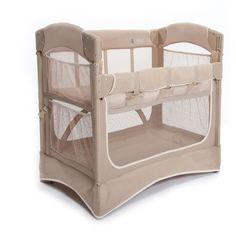 Berço Co-Sleeper Mini Arc  O berço Co-Sleeper Mini da Arm'sReach® acopla firmemente à cama dos pais através de uma cinta por baixo do colchão. Ele possibilita à mamãe e ao bebê dormirem bem pertinho, de maneira segura. Capacidade: até 10Kg  Veja mais informações no site www.missybaby.com.br