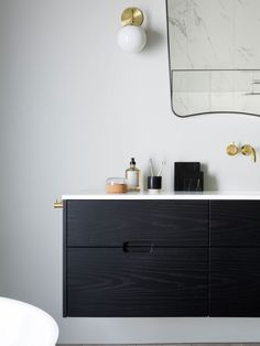 The trend that is been all over social media lately: how to use plants in your bathroom decor. Do you know about the trend for bathroom plants? Kristiansand, Bathroom Plants, Bathroom Sets, Small Bathroom, Above The Toilet Storage, Cottage Style Bathrooms, Mid Century Bathroom, Bathroom Styling, Bathroom Lighting