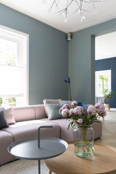 Natuurlijk kan die roze bank nog best. Roze muren dienen echter overgeschilderd te worden voor een trendy look. Room Rugs, Rugs In Living Room, Home And Living, Living Room Designs, Living Room Decor, Interior Wall Colors, Paint Colors For Living Room, Interior Exterior, Fashion Room