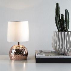 Miedziana lampa stołowa Hammer szwedzkiej marki MarkSlojd. http://blowupdesign.pl/pl/wiszace-lampy-miedziane-mosiezne-metalowe-loft-industrialne/2625-srebrna-lampa-stolowa-hammer-nowoczesne-oswietlenie-sypialni.html