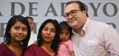 Javier Duarte de Ochoa al entregó apoyos del Programa Seguro de Vida para Jefas de Familia, Pagos y Pre-registros en este municipio.