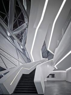 Escalera espiral de madera por Tron Meyer, hecha de capas de elaborado ...