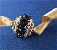 In this Tutorial you will learn to make your own Beaded Swarisimo. You can use it as a pendant, earrings (that would be great! Beaded Beads, Beaded Ornaments, Beads And Wire, Beading Projects, Beading Tutorials, Jewelry Patterns, Beading Patterns, Seed Bead Jewelry, Beaded Jewelry