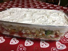 Salát hotový se 15 minut. Stačí vše naskládat do větší mísy a zalít to zakysanou smetanou. Vypadá super a chutná ještě lépe. Feta sýr se tam opravdu hodí, proto bych ho z receptu určitě nevynechala. Autor: Mineralka Food Inspiration, Salads, Food And Drink, Low Carb, Pudding, Drinks, Per Diem, Food, Lasagne