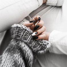 "Polubienia: 1,752, komentarze: 30 – MONIʞA (@brunettefashionn_) na Instagramie: ""#nails ➰ #perfect #black #mani #nailsart #INDIGO #indigonails jak pazurki to tylko w…"""