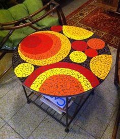 Tampo de mesa redonda em mosaico.  Material: Azulejos, pastilhas de vidro.  Base: Compensado naval.  OBS.: Os pés não estão incluídos. Mas podem pedir orçamento diretamente com o vendedor. Mosaic Garden Art, Mosaic Flower Pots, Mosaic Pots, Mosaic Diy, Mosaic Crafts, Mosaic Glass, Mosaic Tiles, Mosaics, Mosaic Designs