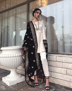 Saree and blouses Beautiful Indian Outfit Inspirational Ladies - Pakistani Dresses Casual, Indian Fashion Dresses, Dress Indian Style, Indian Gowns, Pakistani Dress Design, Indian Designer Outfits, Indian Attire, Fashion Outfits, Indian Suits Punjabi