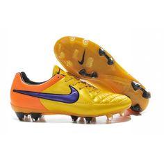 La chaussure de football sol dur Nike Tiempo Legend V pour Homme a été conéue pour apporter une première prise de balle parfaite et un confort durable dans toutes les conditions avec une empeigne imperméable. - 88.0000