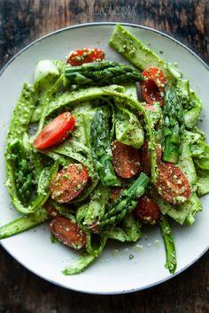 jadłonomia · roślinne przepisy: Tagliatelle ze szparagów z pietruszkowym pesto