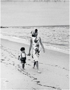 Jacquelin o | On a trip to Florida in 1963, Jackie defines beach chic, strolling the ...