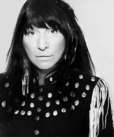 BUFFY SAINTE MARIE Cree, Born: February 1941 Singer-Songwriter, Artist and long-time political activist who popularized protest songs in the about Native conditions and history. Native American Pictures, Native American Beauty, Native American Indians, Native Americans, Buffy Sainte Marie, Soldier Blue, Half The Sky, Joan Baez, Dancing In The Rain
