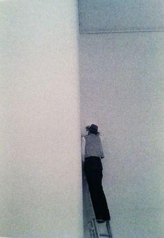Extreme time out?Joseph Beuys war ein deutscher Aktionskünstler, Bildhauer, Zeichner, Kunsttheoretiker und Professor. Beuys setzte sich in seinem umfangreichen Werk mit Fragen des Humanismus, der Sozialphilosophie und Anthroposophie auseinander. Hier sehen wir Josheph in eine Fluxusaction (oder Happening).