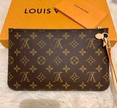 -Louis Vuitton 2019 Neverfull MM Monogram Wristlet Pouch In Beige -Brand new -Comes with copy of receipt -Purchased in 2019 -Next day shipping Louis Vuitton Wristlet, Louis Vuitton Neverfull, Louis Vuitton Handbags, Louis Vuitton Monogram, Pouch Bag, Purse Wallet, Michael Kors Tote Bags, Small Leather Goods, Issa