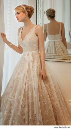Robe mariée beige - http://mariageenvogue.com/2015/08/12/toute-ma-deco-de-mariage-sur-les-tons-beige/