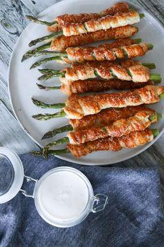 Sprøde aspargesstænger med butterdej er et hit ved tapasbordet - pizza Pizza Snacks, Pizza Recipes, Bagel Bar, Tapas, Picknick Snacks, Parmesan, Pizza Art, Danish Food, Cilantro