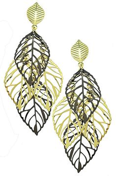 Brinco folheado a ouro c/ adereços vazados em forma de folha e detalhes c/ banho onix