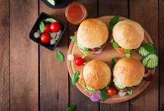 Slow cooking turkey burgers is a healthy and tasty alternative for making hamburgers. How To Make Hamburgers, How To Cook Burgers, Pork Burgers, Turkey Burgers, Veggie Burgers, Easy Turkey Burger Recipe, Crockpot Recipes, Cooking Recipes, The Oatmeal