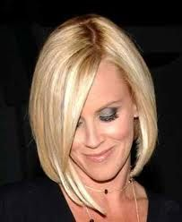 Jenny McCarthy hair - creates a dramatic, long diagonal from the forehead down to collar bone on the right side, with a top of the shoulder, asymmetrical length on the left. New Hair Do, Love Hair, Great Hair, Gorgeous Hair, Hair Styles 2016, Short Hair Styles, Natural Hair Styles, Jenny Mccarthy Hair, Celebrity Haircuts
