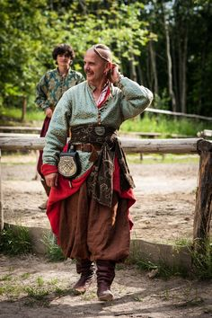 """""""A Cossack [man] with the traditional hairdo called oseledets, and earring. This hairstyle identified the wearer as a Cossack. Medieval Clothing, Historical Clothing, Larp, Costume Tribal, Mode Punk, Mode Steampunk, Mode Costume, Fantasy Costumes, Medieval Fantasy"""