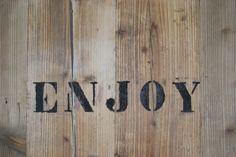 Pannelli in legno con scritte a Stencil