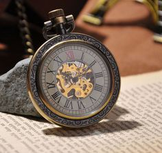 Une montre gousset traditionnelle horlogerie m canique - Montre a gousset tattoo ...