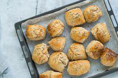 Koldhævede grovboller, luftige og sprøde - Julie Bruun Bread N Butter, Recipes From Heaven, Muffin, Baking, Snacks, Breakfast, Ethnic Recipes, Food Heaven, Morning Coffee
