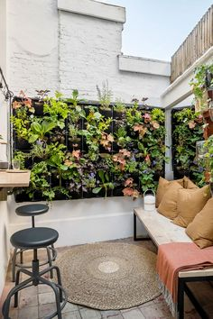 Small, cozy courtyard with wall garden and bar Small urban oasis with a bar and decorative wall or hanging plants A fresh start with vtwonen Season 2 Hanging Plants Outdoor, Patio Plants, Plants Indoor, Patio Design, Garden Design, Patio Decorating Ideas On A Budget, Porch Decorating, Patio Ideas, Pergola Patio