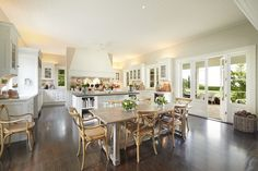 House of the Day: A Hamptons-Style Home in Australia—Photos The country-style kitchen, shown here, was designed to be simple and practical—and has a scullery behind it. Style At Home, Country Style Homes, Modern Country, Country House Design, Country Living, Modern Farmhouse, Farmhouse Style, Die Hamptons, Hamptons Style Homes