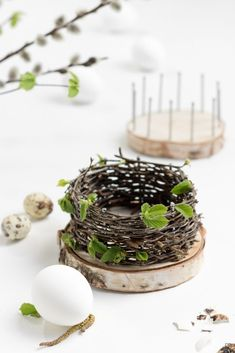"ZWO:STE"">Easter baskets – basket weave from natural material – DIY instructions – with tree slices and nails Informations About Osterkörbchen flechten mit Baumscheiben Diy Hanging Shelves, Floating Shelves Diy, Diy Wall Shelves, Wine Bottle Crafts, Mason Jar Crafts, Mason Jar Diy, Basket Braid, Basket Weaving, Spring Decoration"