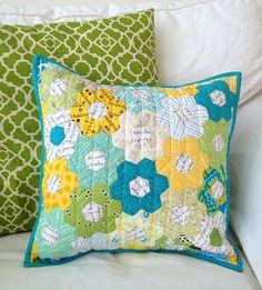 Pillow DIY Crochet - - Fall Pillow On Bench - Farmhouse Pillow Buffalo Check Hexagon Patchwork, Patchwork Cushion, Hexagon Quilt, Quilted Pillow, Colchas Quilting, Quilting Projects, Sewing Projects, Sewing Pillows, Diy Pillows
