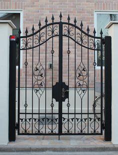 Front Gate Design, Door Gate Design, House Gate Design, Wrought Iron Stair Railing, Wrought Iron Doors, Grill Gate, Metal Garden Gates, Window Grill Design, Grades